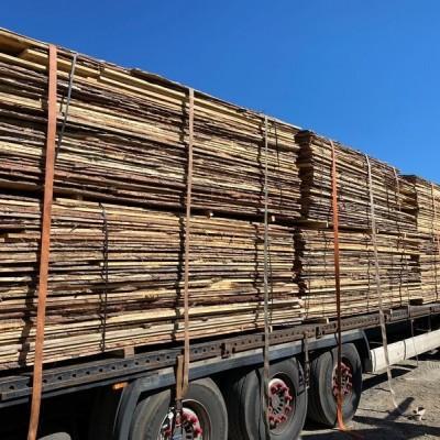 Skład drewna na samochodzie ciężarowym