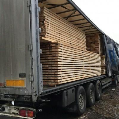 drewno na naczepie samochodu ciężarowego