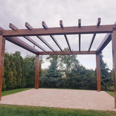 Altana ogrodowa z drewnianych bali